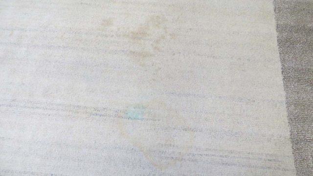 Nepal-Teppich mit Tinten- und Kaffeeflecken